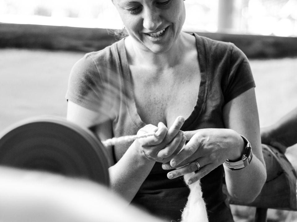 Beneficiamento da lã utilizando uma roca de fiar