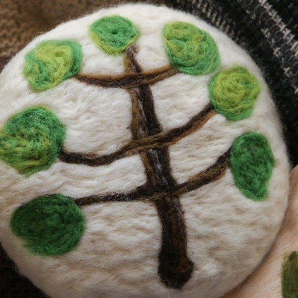 Almofada araucaria redonda em feltragem de lã natural, sobre revestimento em lã 100% natural