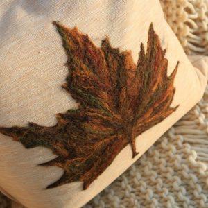 Almofada folha de plátanus em feltragem de lã natural, sobre uma capa de tecido 100% algodão com fechamento em zíper.