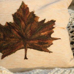 Almofada folha de plátanus redonda em feltragem de lã natural, sobre revestimento em lã 100% natural