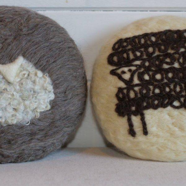 Almofada ovelha redonda em feltragem de lã natural, sobre revestimento em lã 100% natural