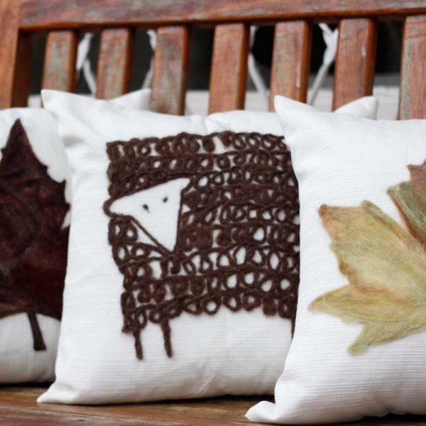 Almofada ovelha em feltragem de lã natural, sobre uma capa de tecido 100% algodão com fechamento em zíper.